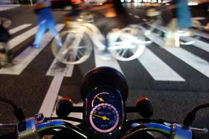 夜間走行のスクーターの写真素材 [FYI03392893]