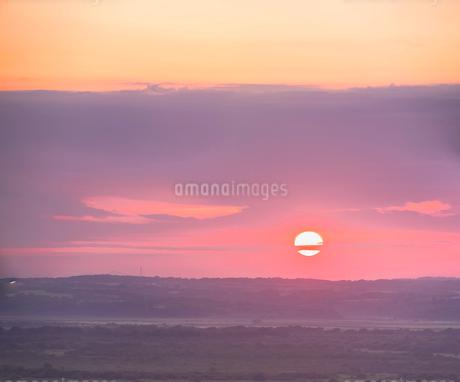 北海道 自然 風景 サロベツ原野に沈む夕日の写真素材 [FYI03392970]