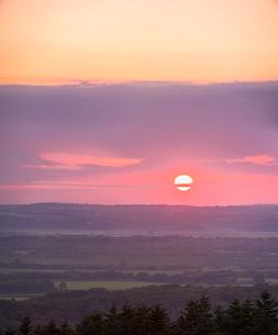 北海道 自然 風景 サロベツ原野に沈む夕日の写真素材 [FYI03392971]
