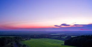 北海道 自然 風景 パノラマ サロベツ原野の夕暮れの写真素材 [FYI03392974]