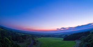 北海道 自然 風景 パノラマ サロベツ原野の夕暮れの写真素材 [FYI03392977]