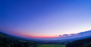 北海道 自然 風景 パノラマ サロベツ原野の夕暮れの写真素材 [FYI03392978]