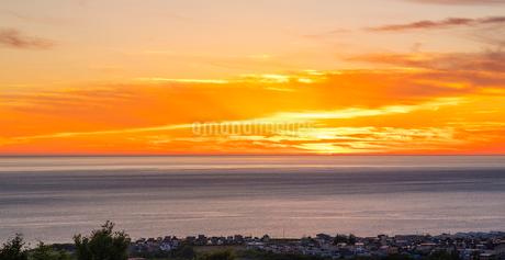 北海道 自然 風景 パノラマ 日本海の夕暮れの写真素材 [FYI03392980]