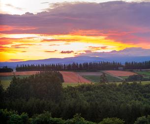 北海道 自然 風景 田園風景と朝焼けの写真素材 [FYI03392984]