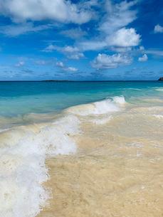 南の島の青い海と白い砂浜の写真素材 [FYI03392988]
