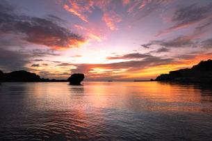 朝焼けの海 日本 沖縄県 うるま市の写真素材 [FYI03393035]