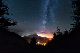真夜中、森の中から望む御嶽山 日本の写真素材 [FYI03393037]