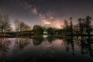 羊蹄山と天の川 日本 北海道 倶知安町の写真素材 [FYI03393085]
