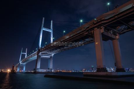 大黒埠頭からのベイブリッジ 大黒埠頭海釣り公園 日本 神奈川県 横浜市の写真素材 [FYI03393281]