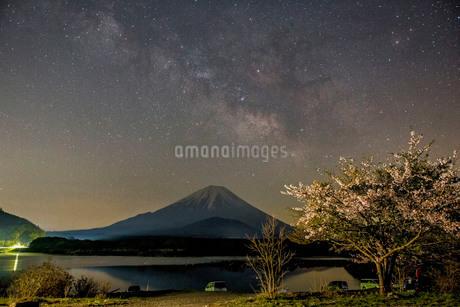 精進湖 日本 山梨県 富士河口湖町の写真素材 [FYI03393497]