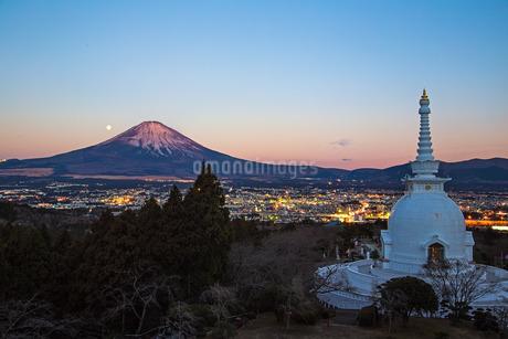 富士山と仏舎利塔と月の写真素材 [FYI03393516]