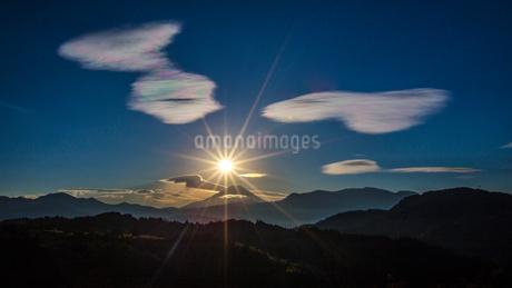 富士山と日の出の写真素材 [FYI03393519]