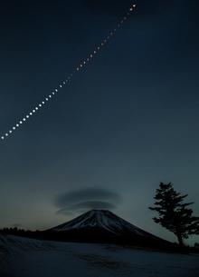 皆既月食と富士山の写真素材 [FYI03393520]