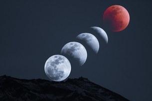 皆既月食と富士山の写真素材 [FYI03393523]