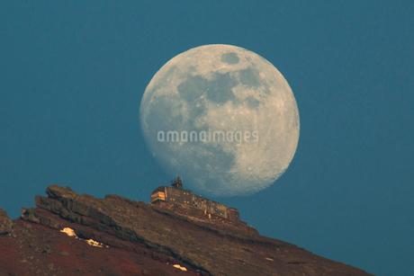 富士山頂剣ヶ峰に昇る月 日本 山梨県 鳴沢村の写真素材 [FYI03393548]