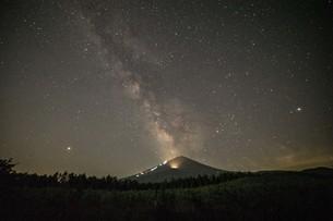 富士山 夜景の写真素材 [FYI03393554]