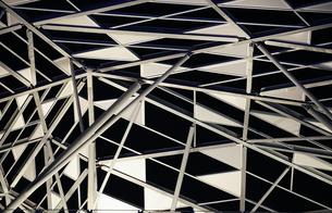 夜空の見える三角形の模様の屋根の写真素材 [FYI03393605]