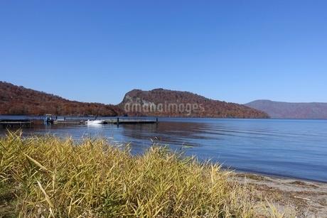 十和田湖、宇樽部桟橋から御倉半島の紅葉の写真素材 [FYI03393847]