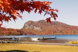 十和田湖の東湖エリア、うたるべ桟橋と御倉半島の紅葉の写真素材 [FYI03393848]