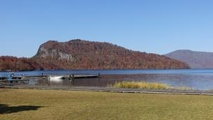 十和田湖のうたるべ桟橋から御倉半島の紅葉の写真素材 [FYI03393849]