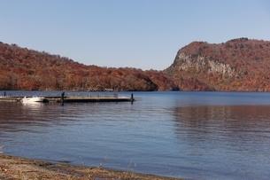 十和田湖の東湖エリア、うたるべ桟橋から御倉半島の紅葉の写真素材 [FYI03393850]