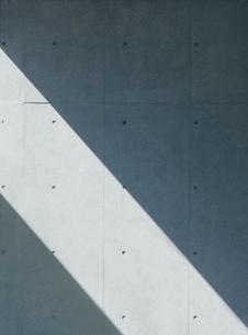 光が射すコンクリートの壁の写真素材 [FYI03394300]