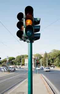 黄色の灯る信号機の写真素材 [FYI03394316]