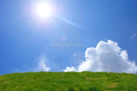 太陽が差す丘のイメージの写真素材 [FYI03394549]