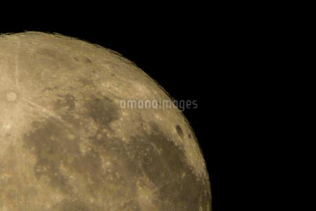 月とクレーターの写真素材 [FYI03394563]