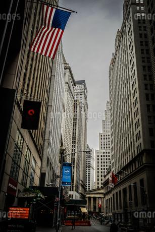 ニューヨーク・ウォール街と星条旗の写真素材 [FYI03394567]