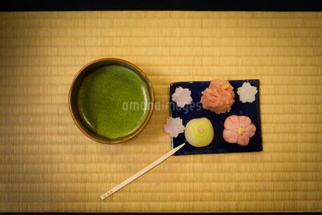 和菓子と抹茶のイメージの写真素材 [FYI03394585]
