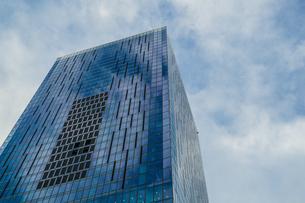 渋谷の高層ビルと空の写真素材 [FYI03394606]