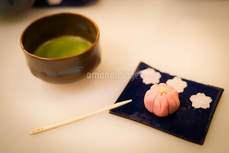 和菓子と抹茶の写真素材 [FYI03394629]