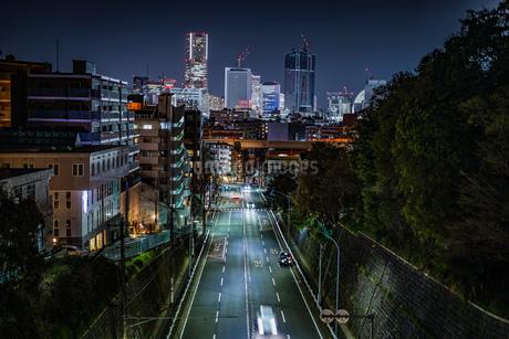 横浜みなとみらいのビル群の夜景と交通の写真素材 [FYI03394665]