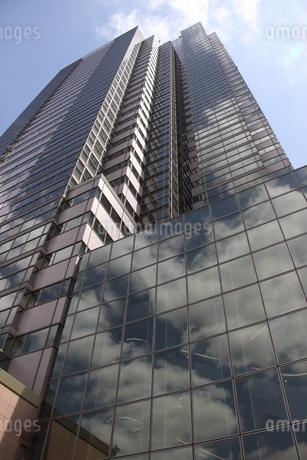 東京のガラス張りの高層ビルの写真素材 [FYI03394758]