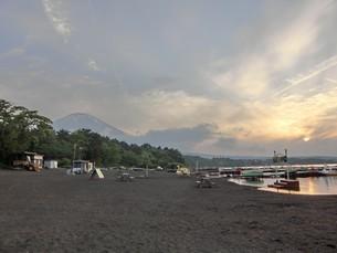 湖の畔の写真素材 [FYI03394806]