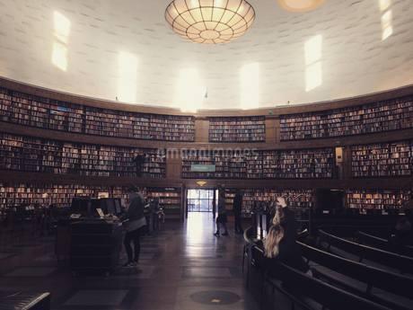 本に囲まれた図書館の写真素材 [FYI03395008]