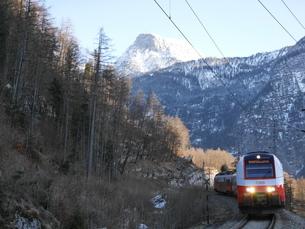 ハルシュタットへの電車の写真素材 [FYI03395063]