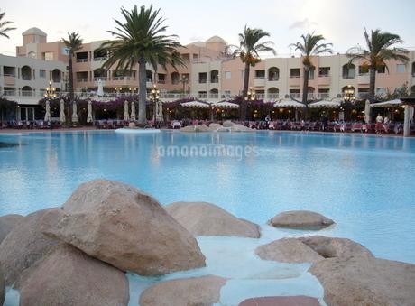 リゾートホテルのプールの写真素材 [FYI03395354]