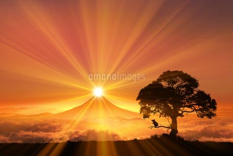 富士山の日の出とネズミのシルエットのイラスト素材 [FYI03395486]