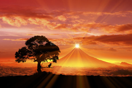 富士山の日の出とネズミのシルエットのイラスト素材 [FYI03395491]