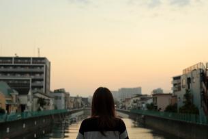 街と女性の写真素材 [FYI03395600]
