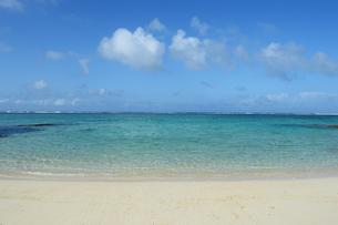 エメラルドグリーンの遠浅の海と砂浜の写真素材 [FYI03395659]
