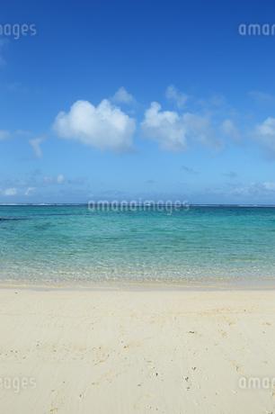 エメラルドグリーンの遠浅の海と砂浜の写真素材 [FYI03395660]