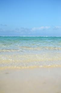 エメラルドグリーンの遠浅の海と砂浜の写真素材 [FYI03395662]
