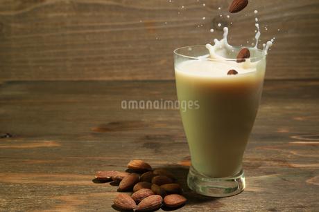 アーモンドミルクの写真素材 [FYI03395859]
