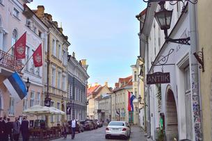 カラフルな建物の洒落た街灯や店飾り、ロシアの国旗やエストニア共和国の旗などがあるタリンの旧市街・旧市街は世界遺産の写真素材 [FYI03396116]