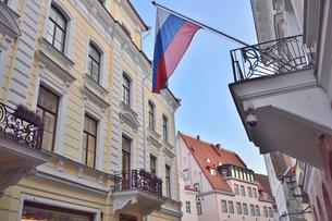 カラフルな建物の洒落た店飾りやロシア国旗などがあるタリンの旧市街・旧市街は世界遺産の写真素材 [FYI03396122]