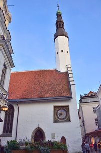 タリンで初めて横壁に取り付けられた時計がある14世紀の建物の聖霊教会・旧市街は世界遺産の写真素材 [FYI03396130]