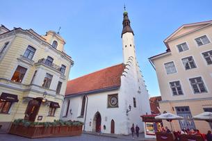 タリンで初めて横壁に取り付けられた時計がある14世紀の建物の聖霊教会・旧市街は世界遺産の写真素材 [FYI03396131]